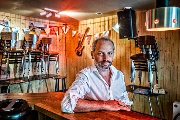 'Het mag niet te gezellig en spontaan zijn', zegt Tijl Vermeersch (café Fatima, Gent). 'En dat is net de essentie van onze business.' Beeld Tim Dirven