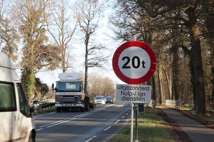 De Vloedstegenbrug is nu voorzien van verkeersborden die aangeven dat 20 ton de limiet is om over de brug over de Buurserbeek te mogen rijden.
