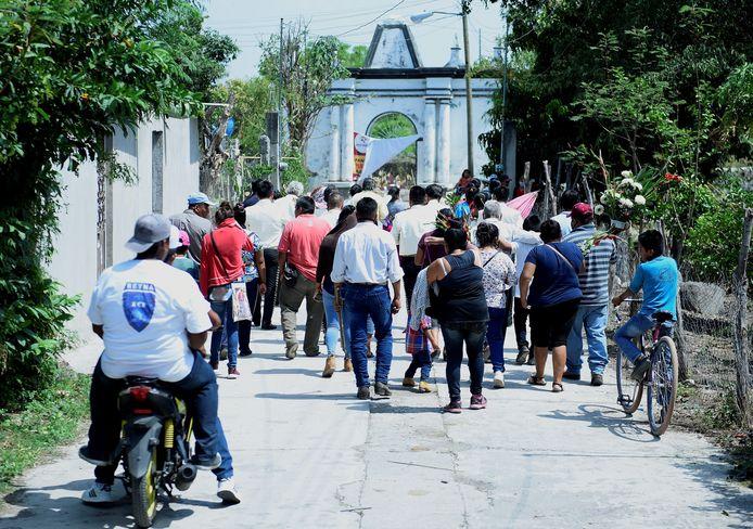 Leden van de inheems Telixtac-gemeenschap bij de begrafenis van een slachtoffer van zelfgestookte alcohol in de stad Axochiapan in Mexico.