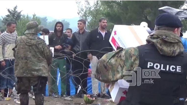 Beeld uit de video waarin te zien is dat vluchtelingen aan de Macedonische grens hulppakketten weigeren. Beeld A1on
