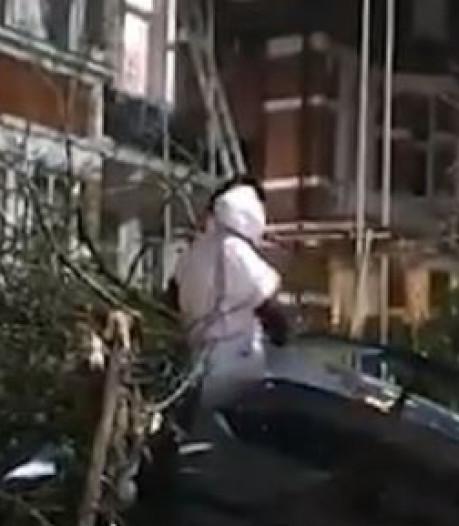 Déguisé en bonhomme de neige, un footballeur de Premier League se crashe dans un jardin