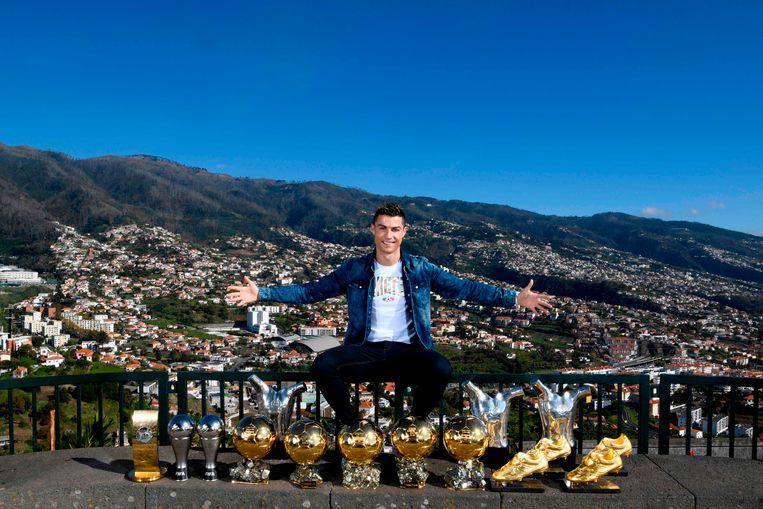 Cristiano Ronaldo poseert met zijn individuele prijzen op Madeira. Beeld AFP