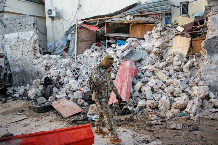 Een soldaat loopt langs de overblijfselen van het verwoeste Afrik Hotel.  Beeld AP