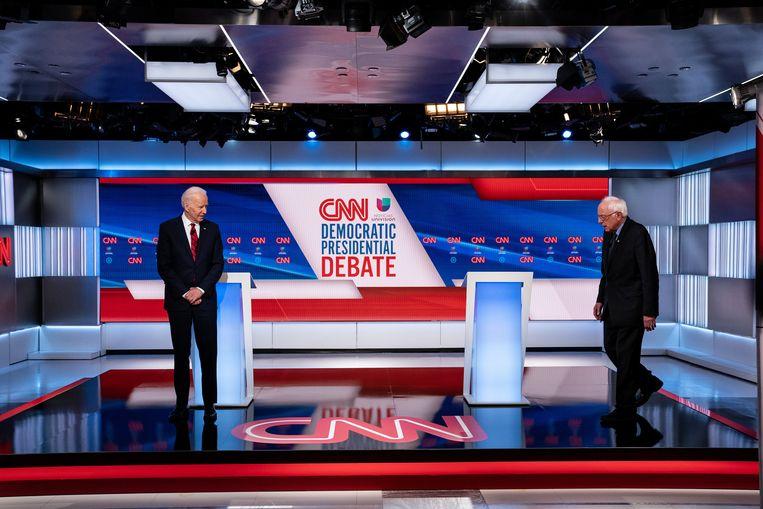Biden en senator Bernie Sanders tijdens het Democratisch debat op 15 maart in Washington. Beeld NYT