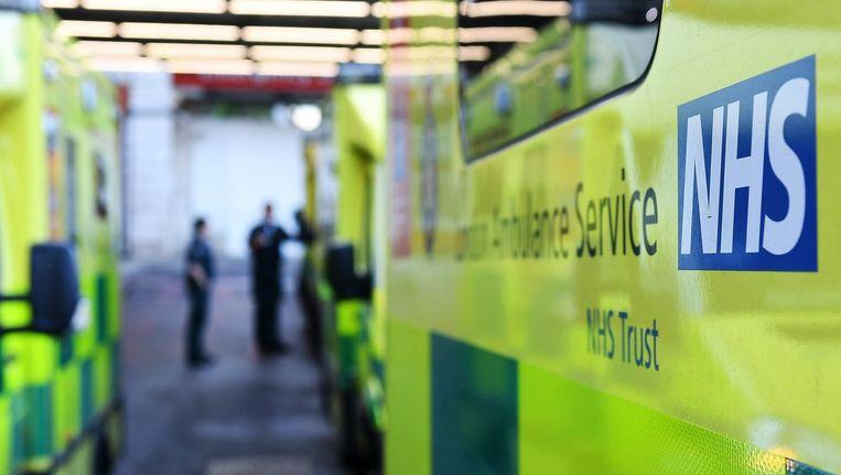 Ambulances staan voor een NHS ziekenhuis. Beeld epa