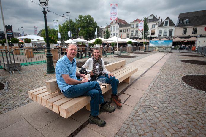 De familie Hofman uit Groningen probeert op de Parade een bank uit die is gemaakt van bomen die op  het plein stonden.