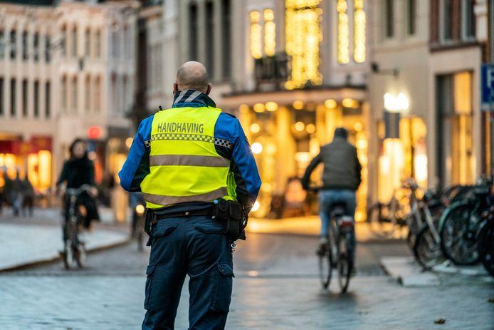 Een boa in de Bossche binnenstad. Volgens een woordvoerder ligt 'de prioriteit op het controleren van de avondklok, groepsvorming en alcoholmisbruik.'