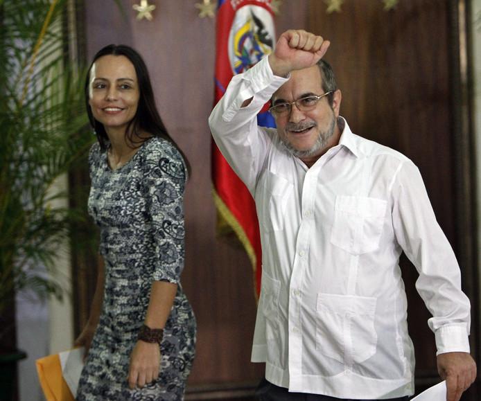 Met een gebalde vuist viert Rodrigo Londono het vredesakkoord, achter hem staat de Denekampse Tanja Nijmeijer.