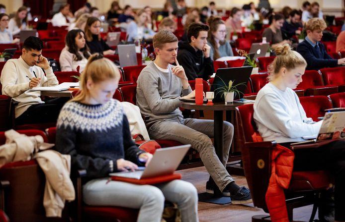 Studenten studeren in de grote zaal van het Concertgebouw vanwege de coronacrisis.