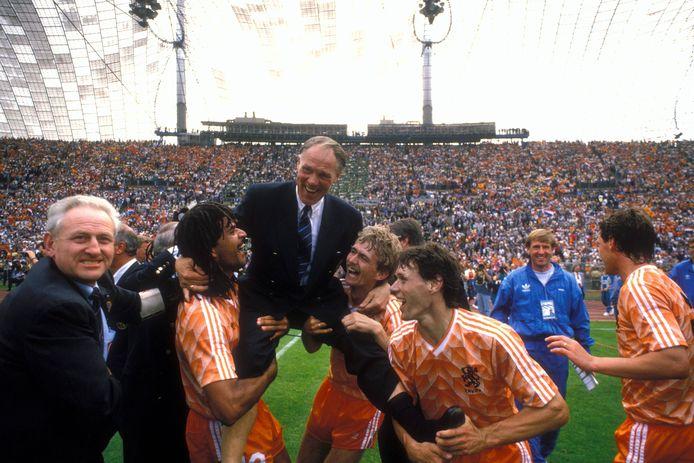 Samen met Ruud Gullit en Adrie van Tiggelen neemt Marco van Basten bondscoach Rinus Michels op de schouders in 1988.