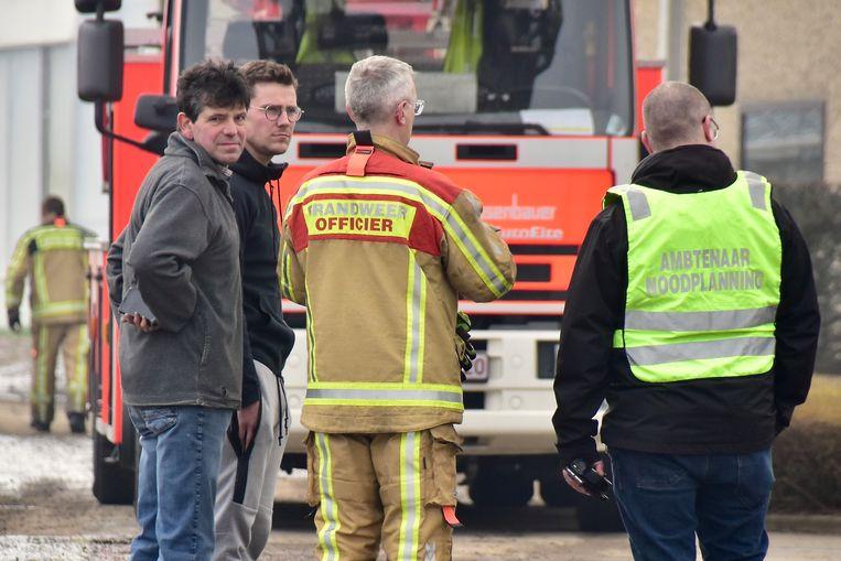 Stefaan Gheeraert (links) en een buur, in gesprek met brandweerbevelhebber Bart Couwet en noodplanningsambtenaar Kevin White.