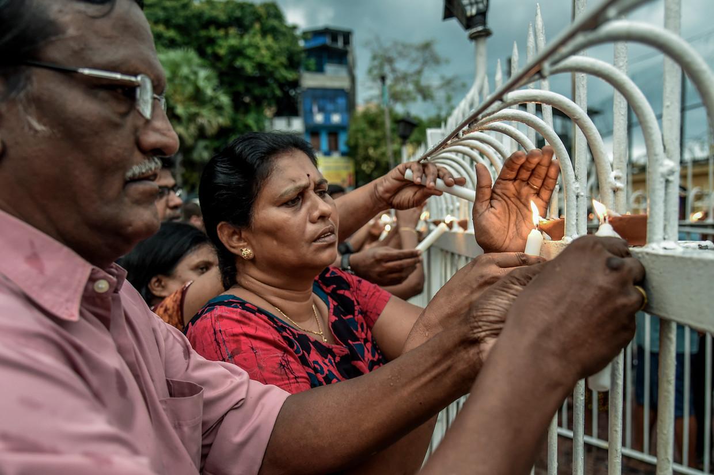 De lokale bevolking bidt in de buurt van de St. Anthony kerk in Colombo, Sri Lanka. Beeld Getty Images