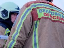 Arbeider wast handen met benzine terwijl hij rookt: doeken schieten in brand