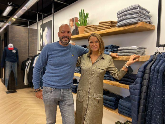 Bart en Tania in hun nieuwe winkel voor herenkleding 'Maurice Men's Fashion'