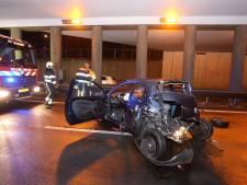 Auto raakt vangrail na botsing met vrachtwagen, tolt rond en botst tegen betonnen wand op A65 in Vught