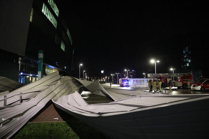 Stuk dak waait van Ghelamco Arena