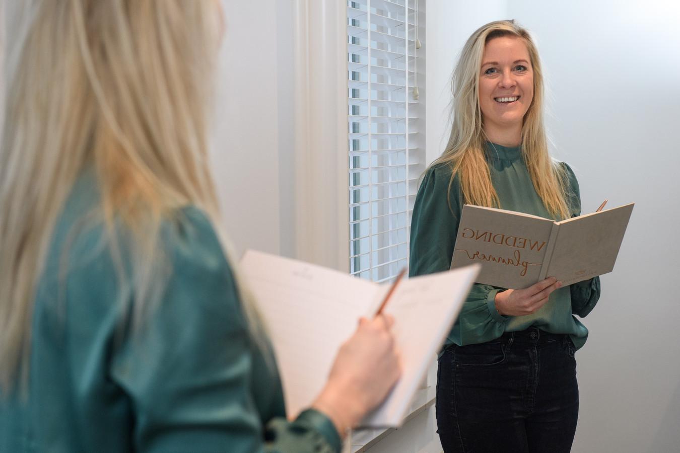 Laura Brinkmans (31) raakte haar baan als evenementenplanner kwijt door corona. Maar bij de pakken neerzitten doet ze niet: ze wordt weddingplanner.