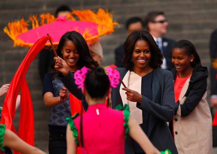 U.S. first lady Michelle Obama (C) and her daughters Malia (L) and Sasha (R) watch a folk dance by performers during her visit at the City Wall, in Xi'an, Shaanxi province, March 24, 2014. REUTERS/Petar Kujundzic (CHINA - Tags: POLITICS TRAVEL SOCIETY) Beeld REUTERS
