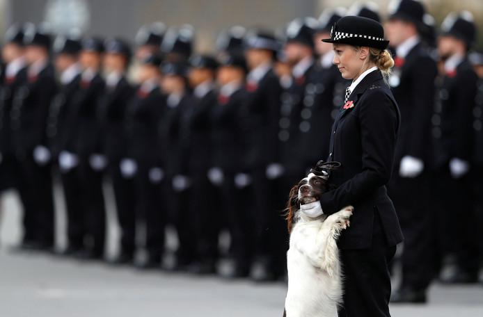 Een politieagente en haar hond staan in de houding tijdens een bezoek van prins William aan de politie academie in het Londense Hendon. Foto: Peter Nicholls