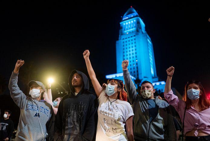 Duizenden mensen kwamen voor de tweede nacht op rij op straat in Minneapolis.