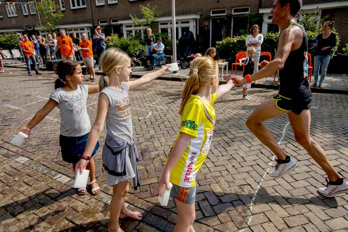 Het was druk langs de kant, kinderen deelden water en sponsjes uit.