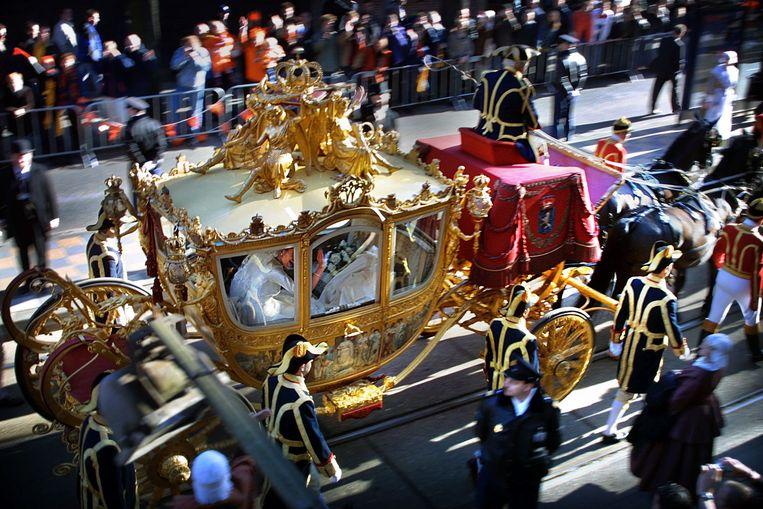 Oranjegekte in de straten van Amsterdam tijdens het huwelijk van Máxima en kroonprins Willem-Alexander. Beeld Arie Kievit