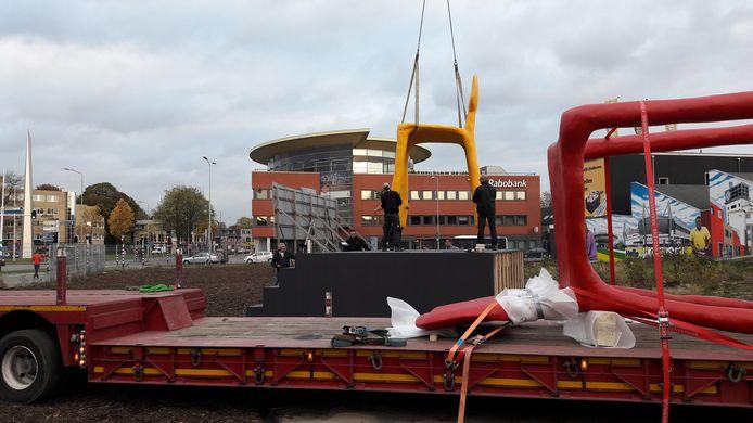 Twee stoelen, 5,3 keer zo groot als het origineel ontwerp van Maarten Baas, zijn vrijdag 20 oktober op een verhoging geplaatst op bouwlocatie De Bakermat aan het Marconiplein door SDK Vastgoed. Het bedrijf haakt aan bij DDW.