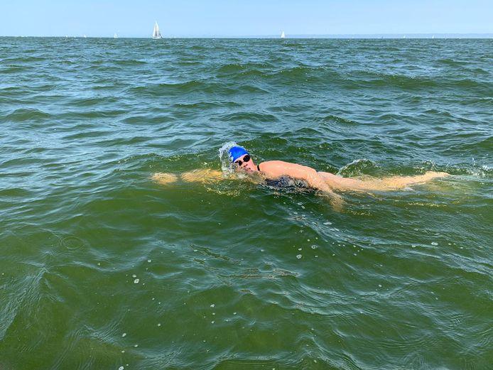Marèl Olthof in het IJsselmeer op weg naar het eindpunt in Medemblik.