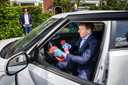 Een autoverkoper reinigt zijn auto voordat een mogelijke klant er een proefrit mee gaat maken. Autodealers komen de auto's tegenwoordig naar klanten brengen ipv dat de klant naar de showroom komt: deze zogenoemde 'Proefrit aan huis' blijft populair