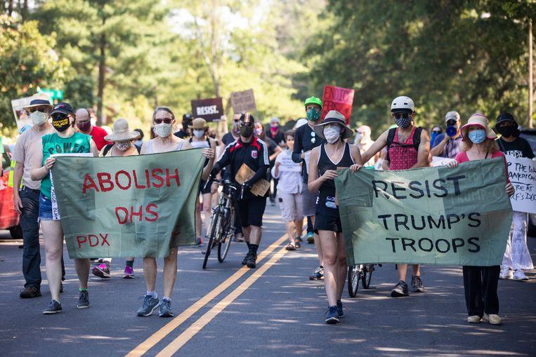 De protesten in de Democratische steden richten zich ook op de federale troepen die president Donald Trump tegen de wil van de lokale overheden heeft ingezet om gebouwen te beschermen. Hier marcheren demonstranten naar het huis van minister van Binnenlandse Veiligheid, Chad Wolf in Richmond, Virginia. Beeld EPA