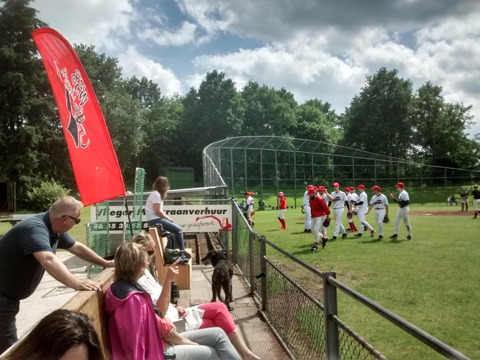 De honkballers van WSB maken zich op voor de zevende inning tegen Boekaniers.