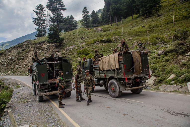 Een convooi van het Indiase leger rijdt langs de grens met China, in september vorig jaar.  Beeld Yawar Nazir / Getty Images
