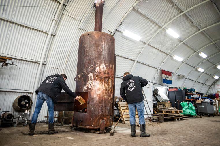 De drie meter hoge kachel van CV Bixe Draoke houdt de bouwers warm maar helpt ook om de papier-maché te drogen. Beeld Roos Pierson