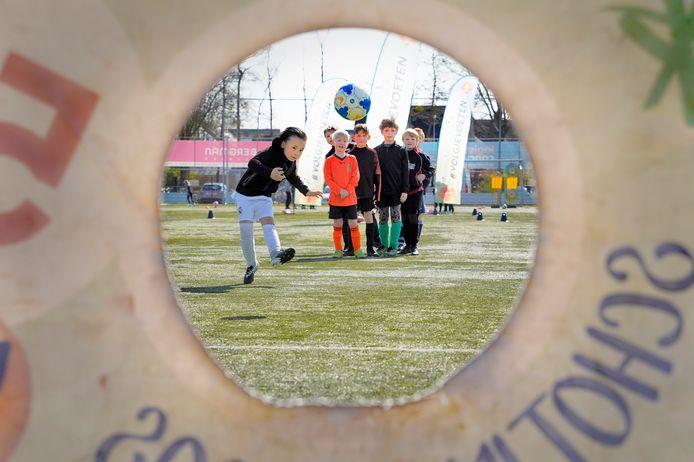 Bij voetbalvereniging Ewijk kon de jeugd zich dit weekeinde, ondanks corona, toch lekker vermaken met allerlei voetbalspellen.