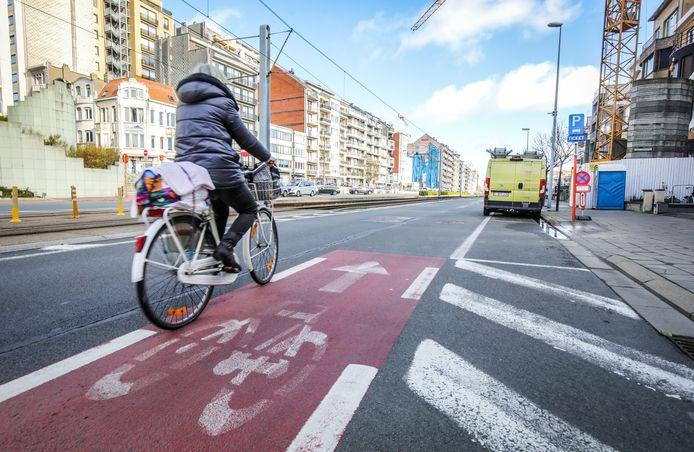 Een fietser op het huidige fietspad langs de Ruzettelaan.
