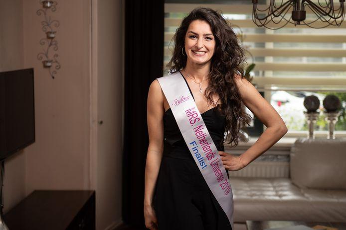 Senem Yelkenci, finaliste van de Mrs. Universe verkiezingen in Den Haag.