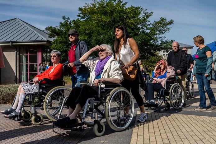 De rusthuisbewoners mochten al genieten van de dementievriendelijke wandeling.