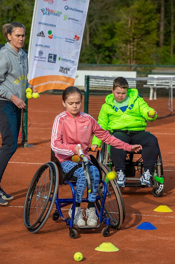 Bij TV Vierhoeven wordt een clinic rolstoeltennis voor jongeren georganiseerd door de Esther Vergeer foundation