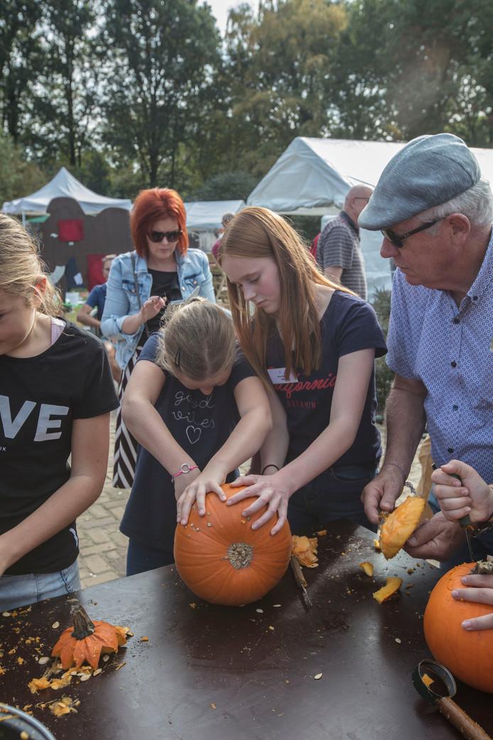 Scholieren doen hun maatschappelijke stage tijdens de Pompoendagen in Asten.