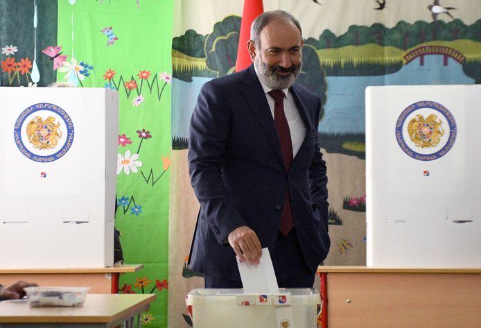 De waarnemend premier van Armenië, Nikol Pasjinian, bij de stembus.