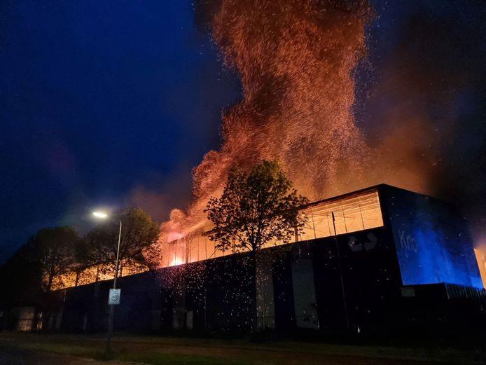 Uitslaande brand in loods van papierrecyclaar.