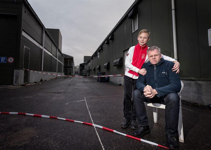 Kippenboer Piet Wiltenburgen zijn zoon Pieter in 2014, nadat de pluimveehouderij was getroffen door vogelgriep. Nu moet het bedrijf opnieuw worden geruimd.