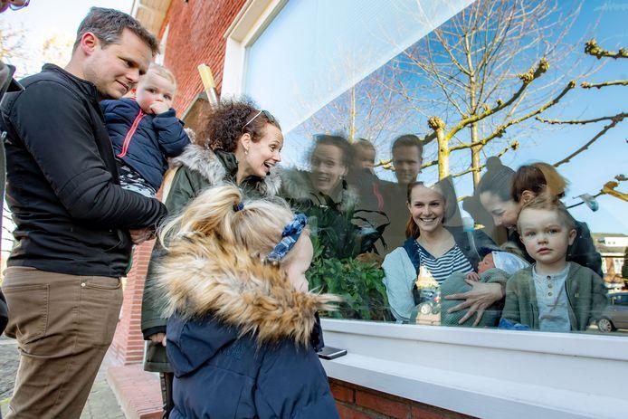Kelly en Diede Hobert (streepjes shirt) zijn mama's geworden van hun zoontje Seppe. Ze kregen zaterdag raambezoek van Diede's broer Niels en zijn gezin.