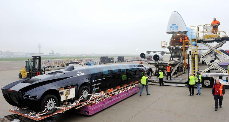 De Superbus van wijlen oud-astronaut Wubbo Ockels wordt in een vrachtvliegtuig van KLM geladen, 2011. Beeld ANP