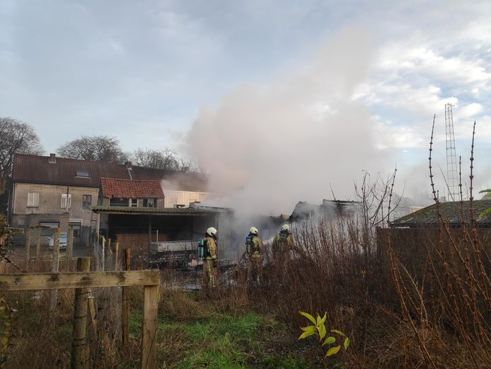 De brand is inmiddels onder controle, maar de brandweer blust volop na.
