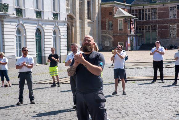 Achteraf klapten de medewerkers van de verschillende diensten voor het zwaar getroffen rusthuis Ter Rive op het Sint Pietersplein Gent.