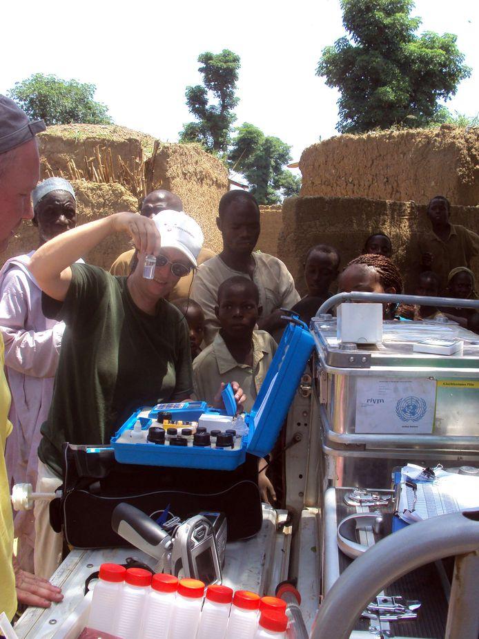 VN-medewerker Edith van Putten controleert een watermonster uit een put in een met lood besmet dorp in Zamfara in het noorden van Nigeria.