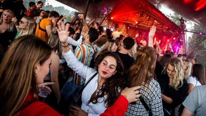 Gretig publiek los op Tilburgs Beachy-festival: 'Eindelijk is die anderhalve meter opgerot'