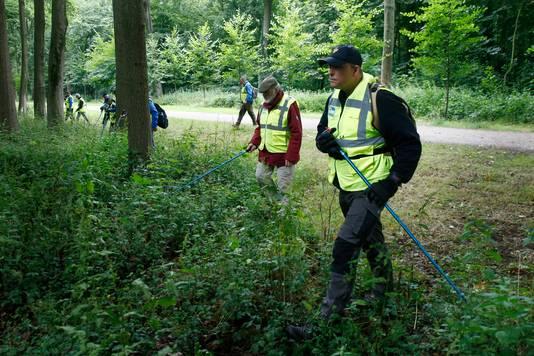 Het Veteranen Search Team kamt landgoed Amelisweerd in Bunnik uit op zoek naar de vermiste  Annemarie (22) uit Utrecht.
