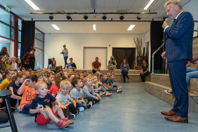 Basisschool Sint Jan in Oosteind bestaat 100 jaar. Door het slechte weer moesten de festiviteiten op donderdag binnen plaatsvinden. Burgemeester Mark Buijs spreekt de kinderen toe.